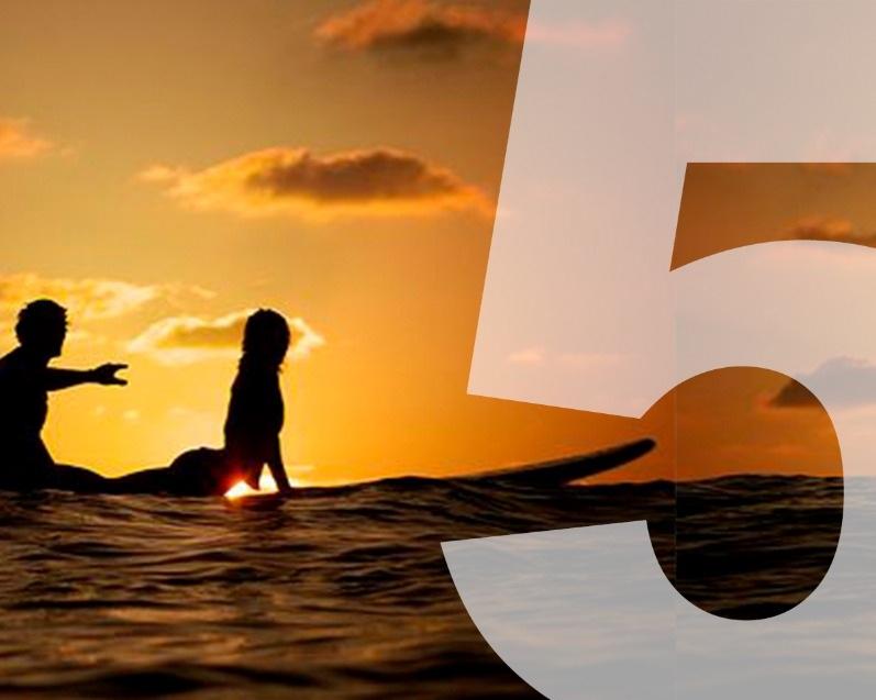 Aulas de Surf - Pacote incluindo hospedagem de duas diárias para o casal+ Aulas de Surf para o casal+ Café da manhã, Almoço e Jantar com as bebidasNível de dificuldade: FácilDuração: 1 hora por aula, por pessoaValor de R$1.290, para o casal