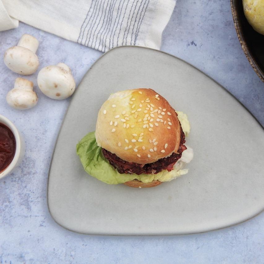 Roh-vegane Burgerpattie aus Pilzen.