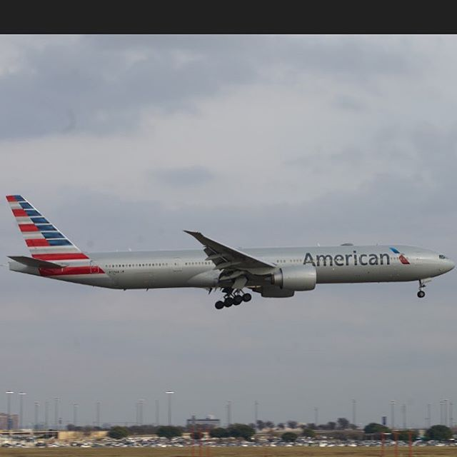 American Airlines 777 coming in for landing at DFW airport. What a sight! #777 #boeing #dfwairport #planespotting #avgeek #intheair