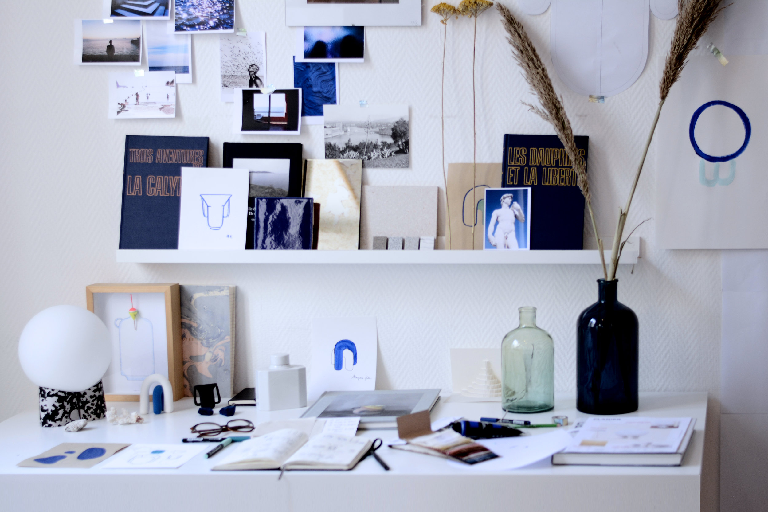 Mon bureau, joyeux mélange entre organisation et désorganisation pour laisser fuser les idées…