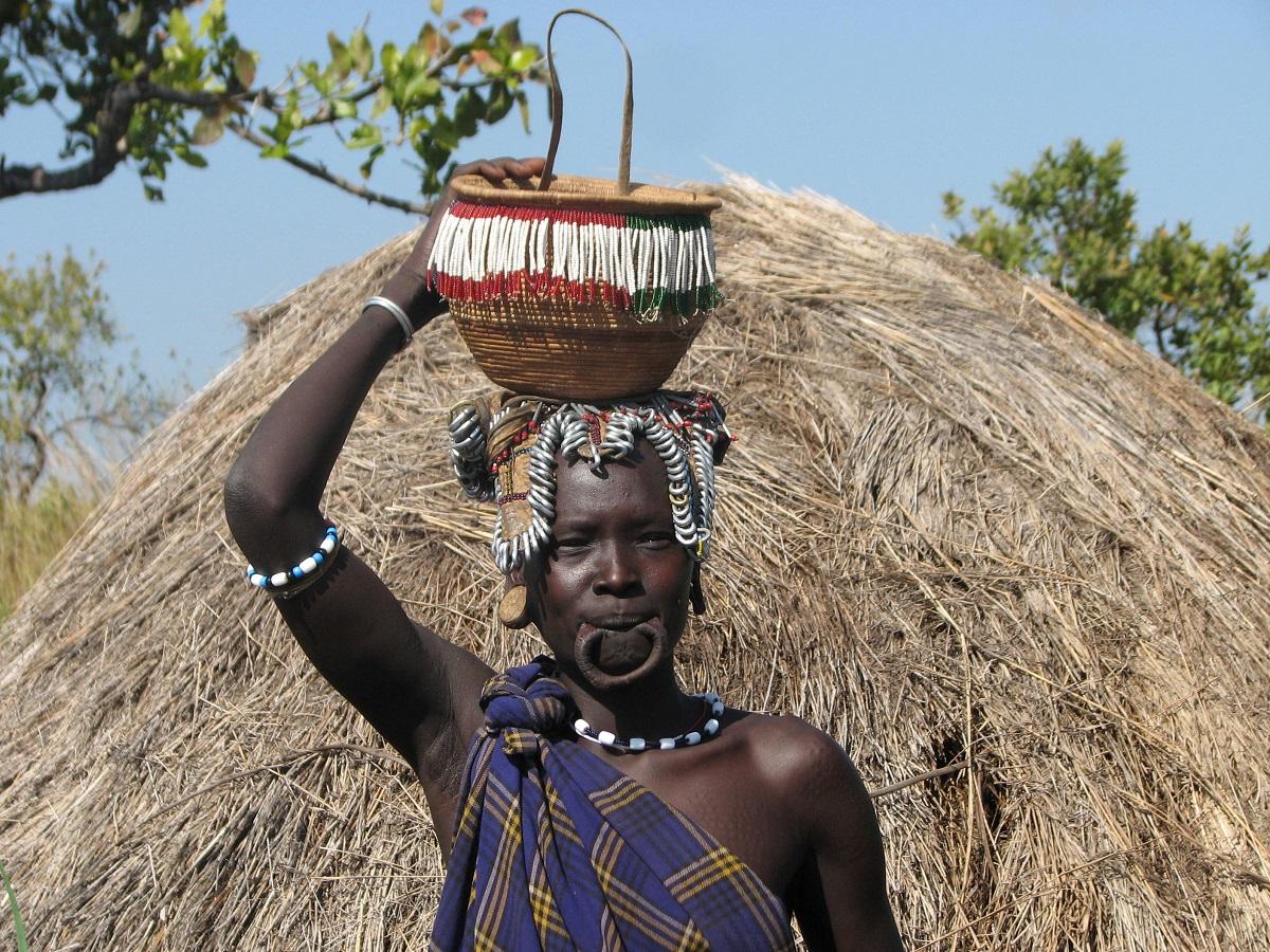 etiopia-valle-dell-omo-donna-popolo-mursi-con-cesto-in-testa.jpg