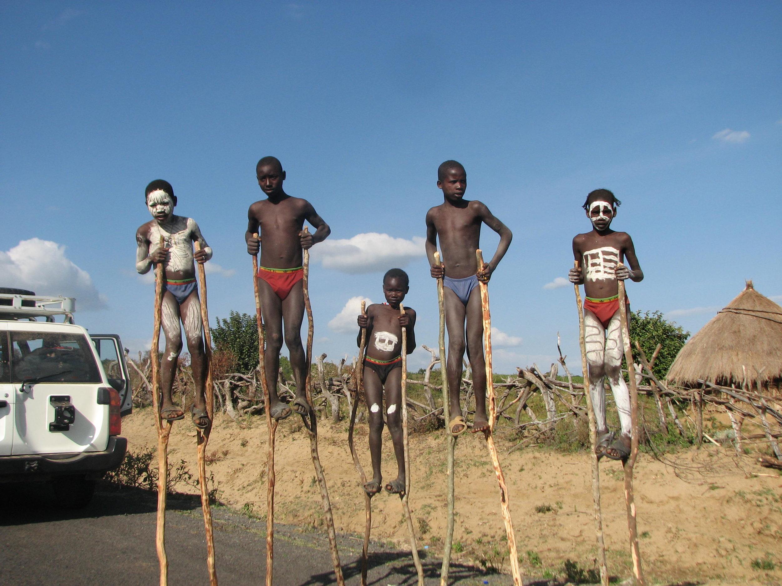 etiopia-valle-dell-omo-ragazzi-trampoli.jpg