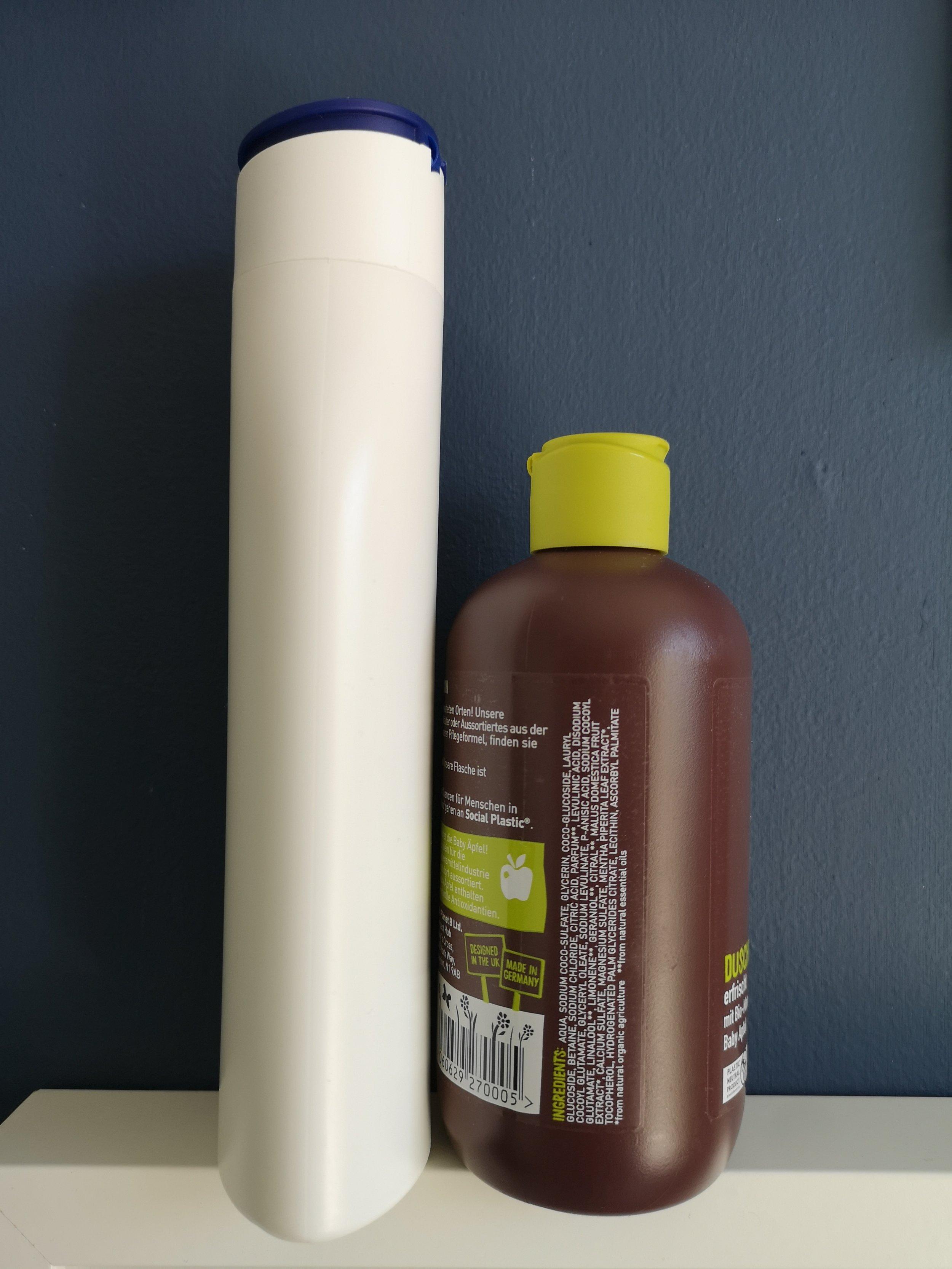"""Man sieht erst von der Seite, dass die Flasche lang und schlank ist. Ein Beispiel von vielen für eine """"shelf-optimised bottle""""."""