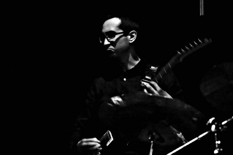 Enrique Gil - Secretario de GobernaciónGuitarra eléctrica, guitar synth, cajón flamenco y octapad
