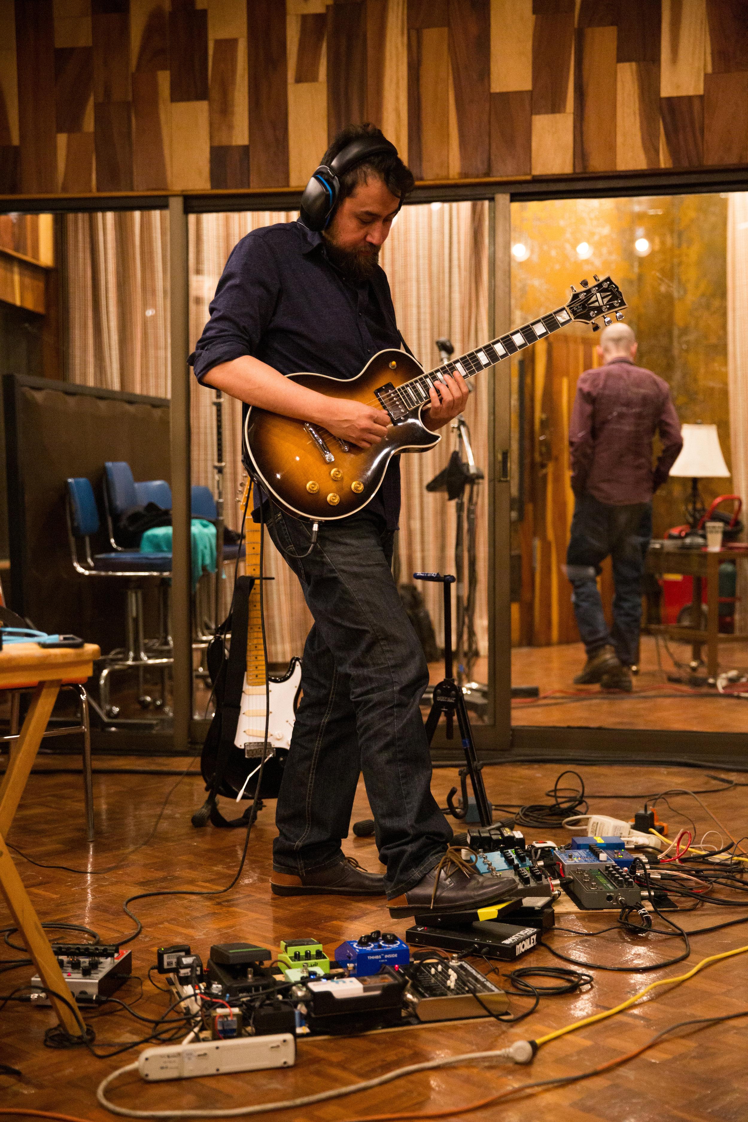 Kristian grabando sus excelsas guitarras.