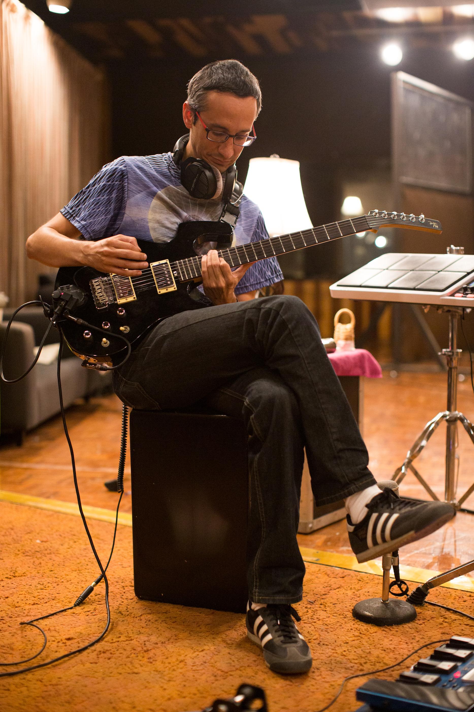 Kike puliendo su sonido antes de grabar