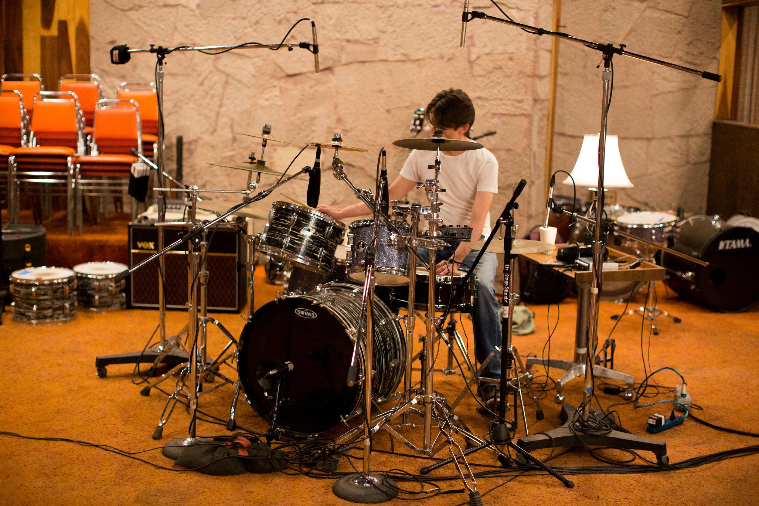Hugo dándole a los tambores