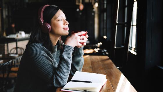Immagine di una ragazza che ascolta podcast