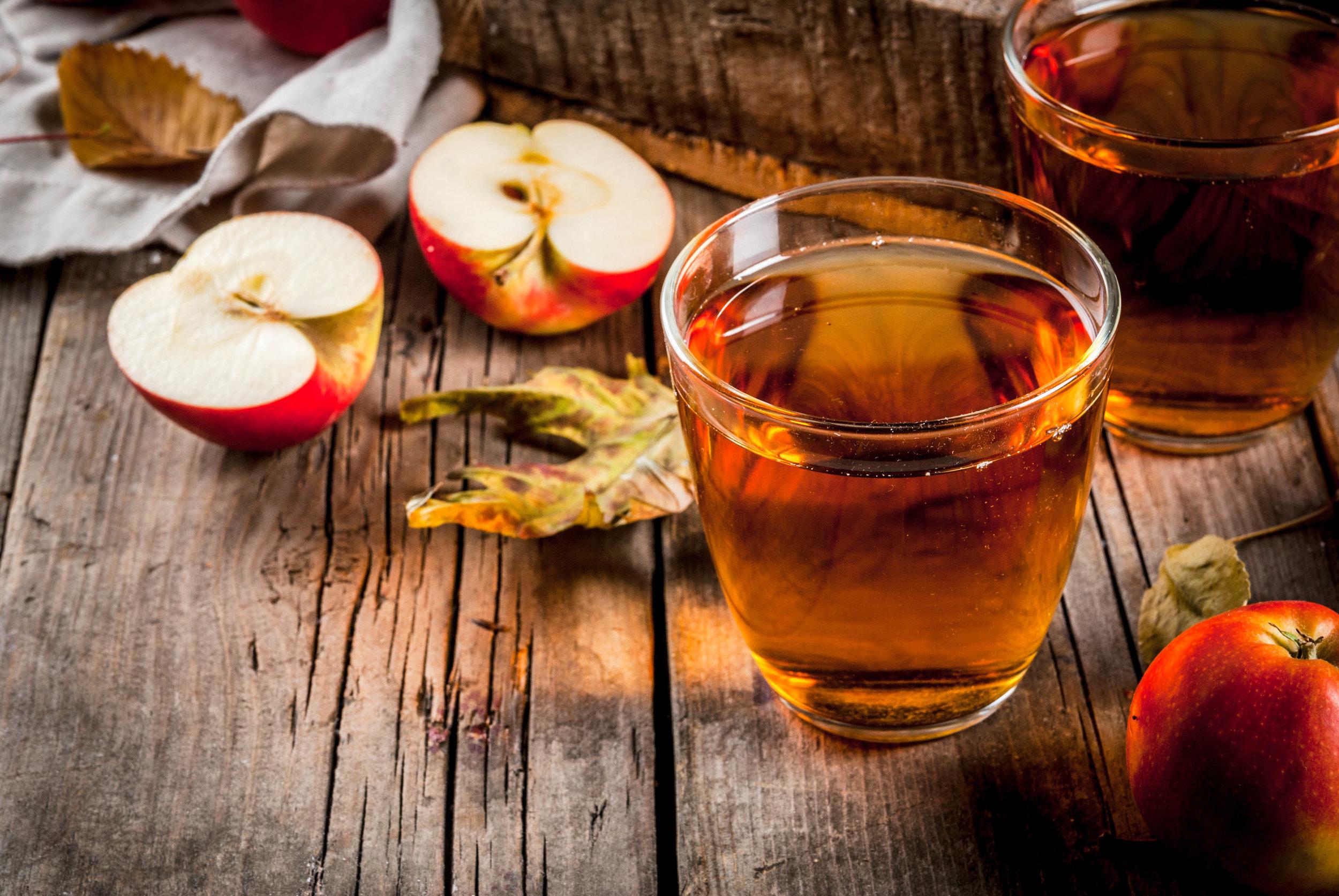 Apple_juice_and_basket_apples_kuvings.jpeg