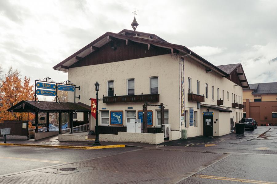exterior of adventure inn in leavenworth
