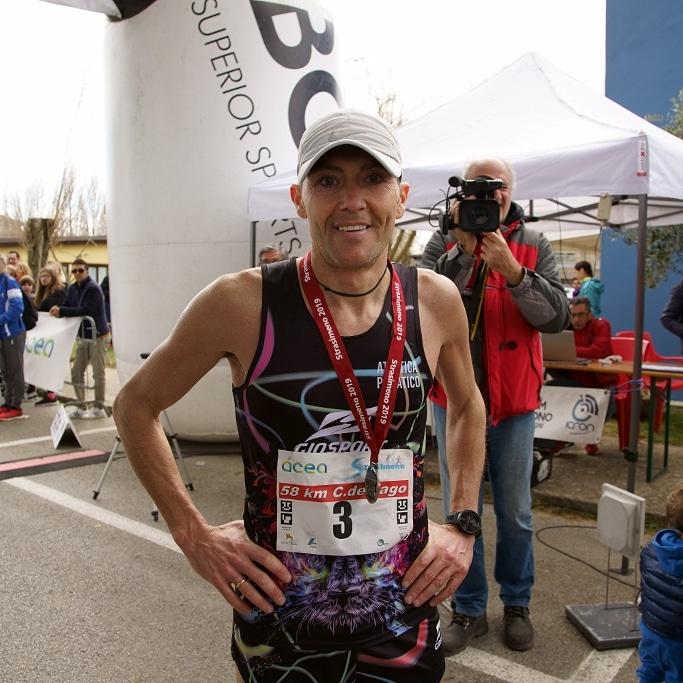 Stefano Vellatta sorridente all'arrivo di una ultramaratona