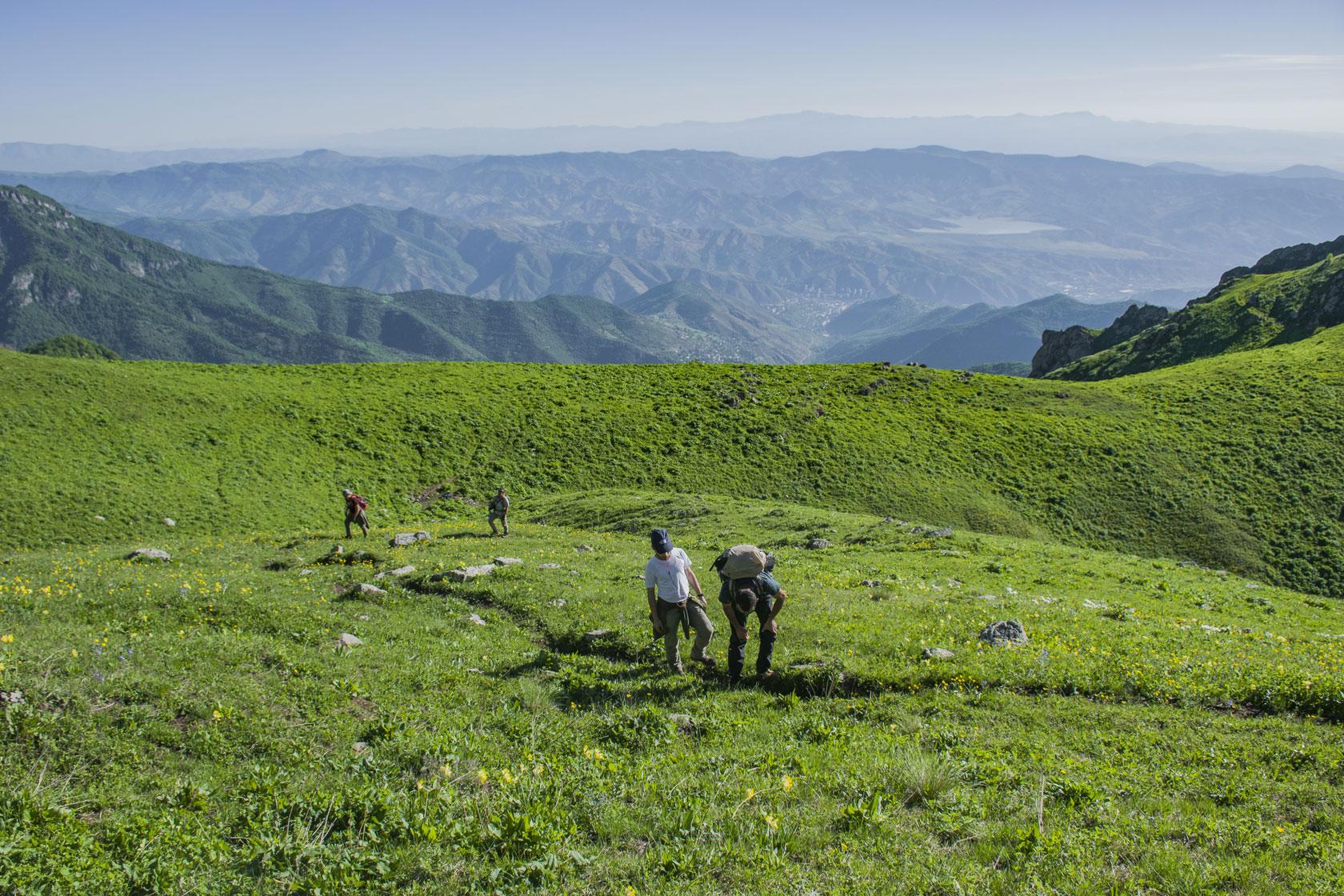 Camminare-in-montagna-senza-dolore-al-ginocchio-indossando-una-ginocchiera-Invel.jpg