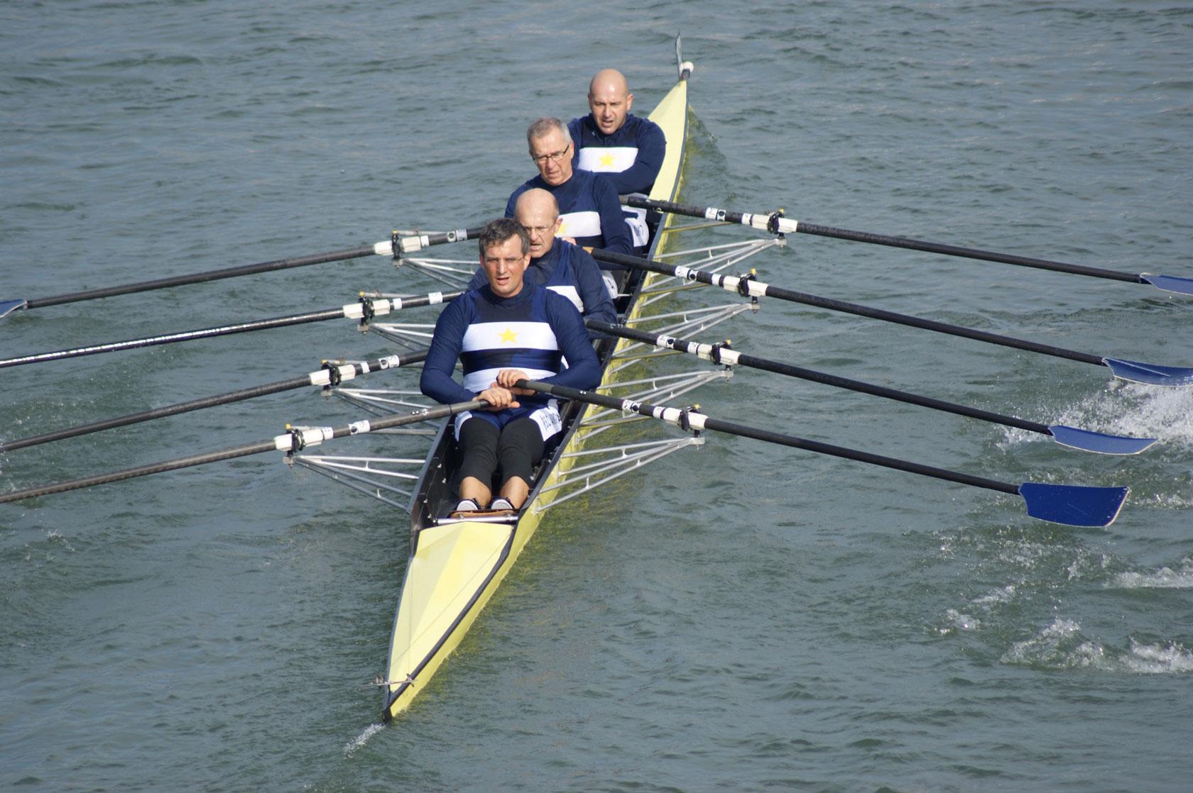 Appassionati canottieri in azione sul fiume Po.
