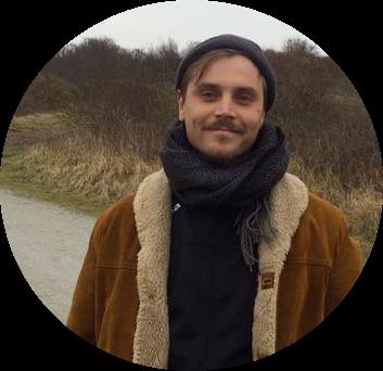 JEPPE TALSMA - Jeppe volgde zijn bachelor Social Work in Leeuwarden en zet zich al tijdenlang in voor zijn medestudenten. Dit deed hij vanuit Jimmy's, waar hij studenten hielp met financiële hulp en het organiseren van bijeenkomsten. Nu zet hij zich, zowel vanuit Nederland als vanuit Berlijn, in voor studenten die hulp nodig hebben tijdens het (vinden van) een stage. Hij staat je graag bij tijdens je scriptie, wanneer je op zoek bent naar extra motivatie, het maken van een plan van aanpak of een duwtje in de rug!