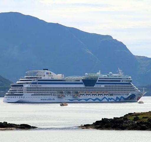 MS Aidaluna is visiting Lofoten Harbor Leknes  today 😊. . #lofotenharbor #lofotengaverogbrukskunst #lekneshavn #leknes #lofoten #aidaluna