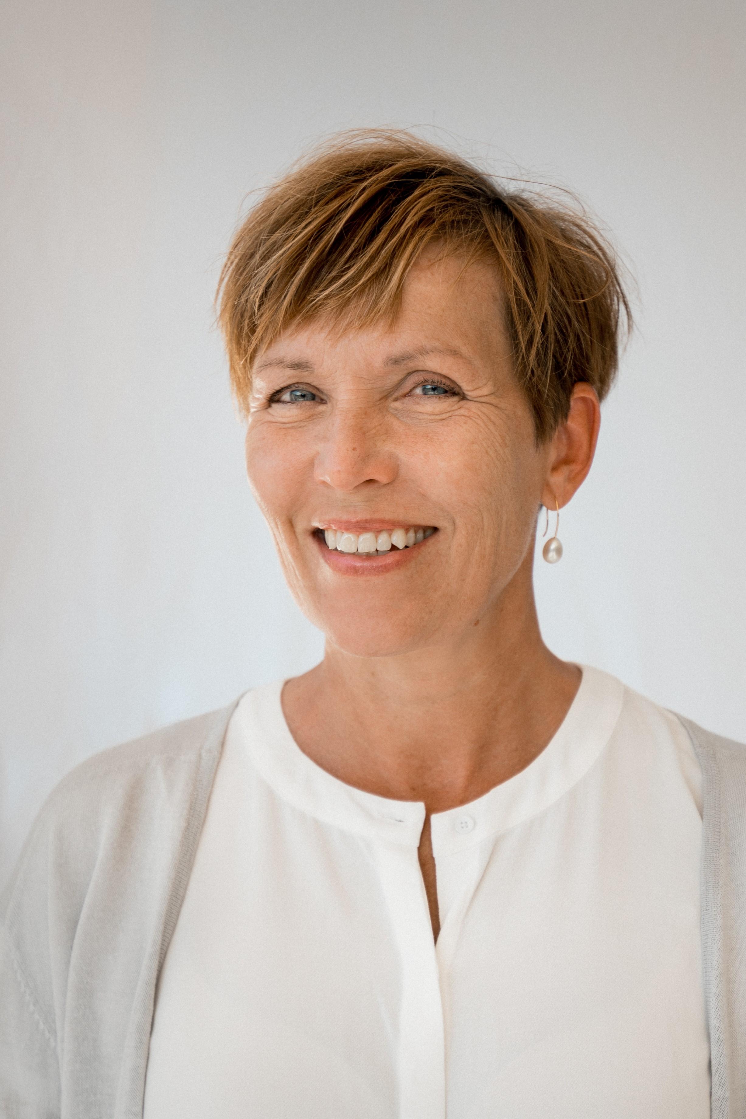 Inger Sundström-Poromaa, MD PhD   Professor i Obstetrik och Gynekologi, Institutionen för kvinnor och barns hälsa, Uppsala Universitet och Överläkare, Kvinnokliniken, Akademiska sjukhuset