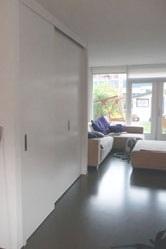 Interieuroplossingen: kast op maat onder trap met gesloten deuren