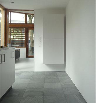 Interieurbouw: keukenblok met bijpassende servieskast