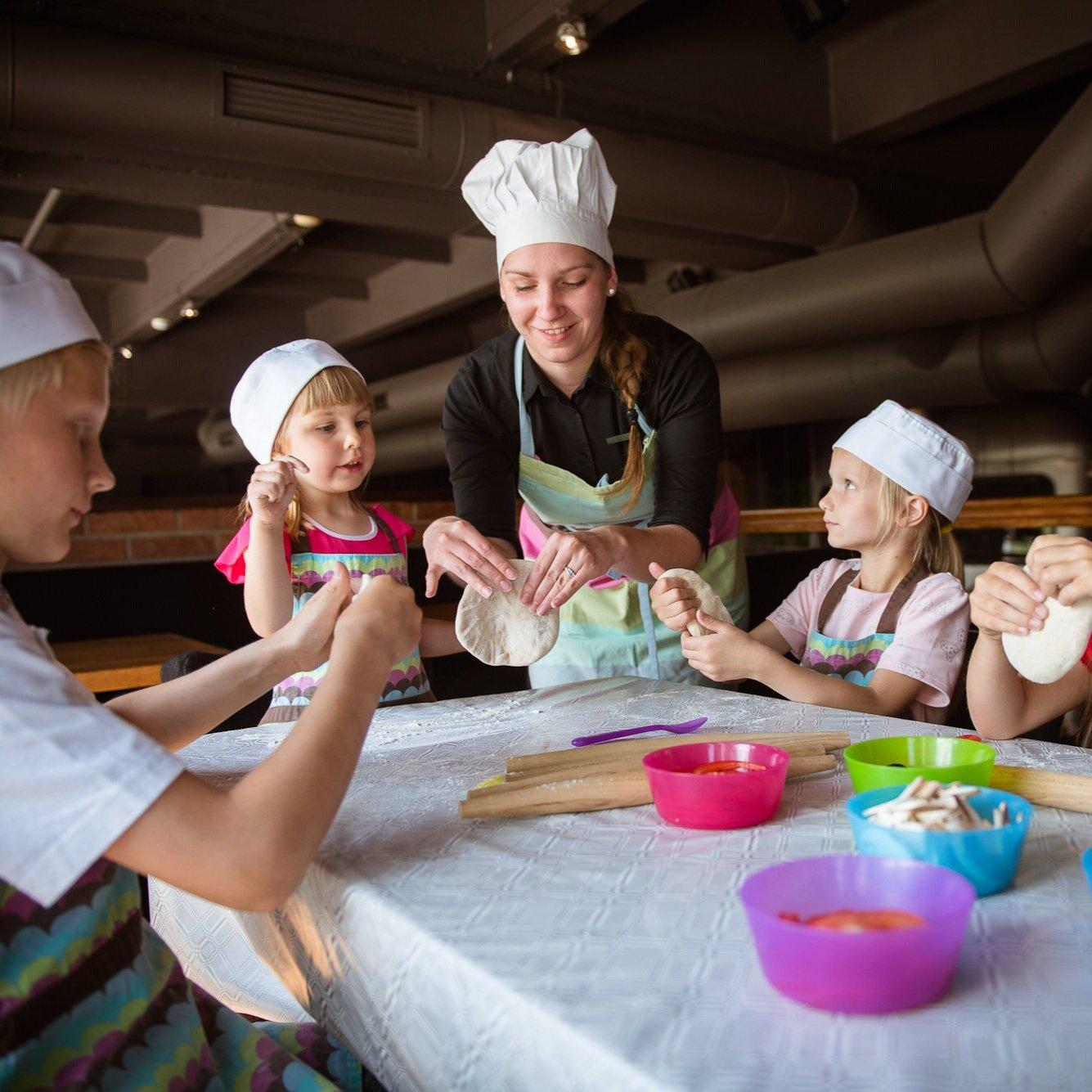 Virtuvės Šefė - Surengsime kepimo pamokėlę su Profesionale PJazz virtuvės Šefe! Gaminsime minkydami tešlą, dėliosime produktus, dekoruosime – būsime patys tikriausi kepėjai
