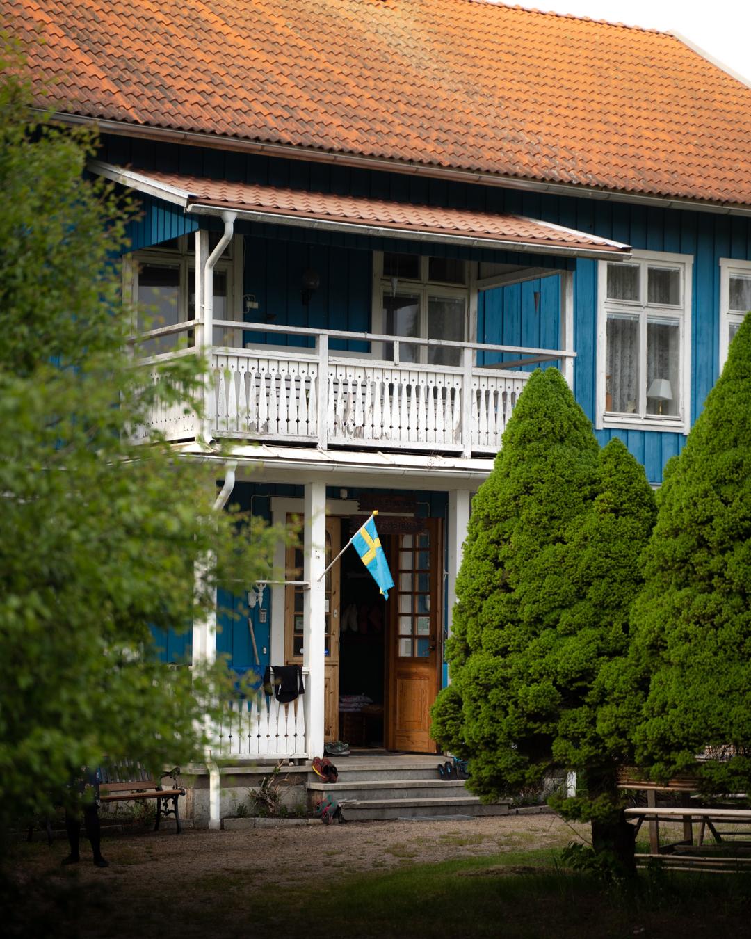 """På orten går pensionatet under namnet """"Blå pensionatet""""."""