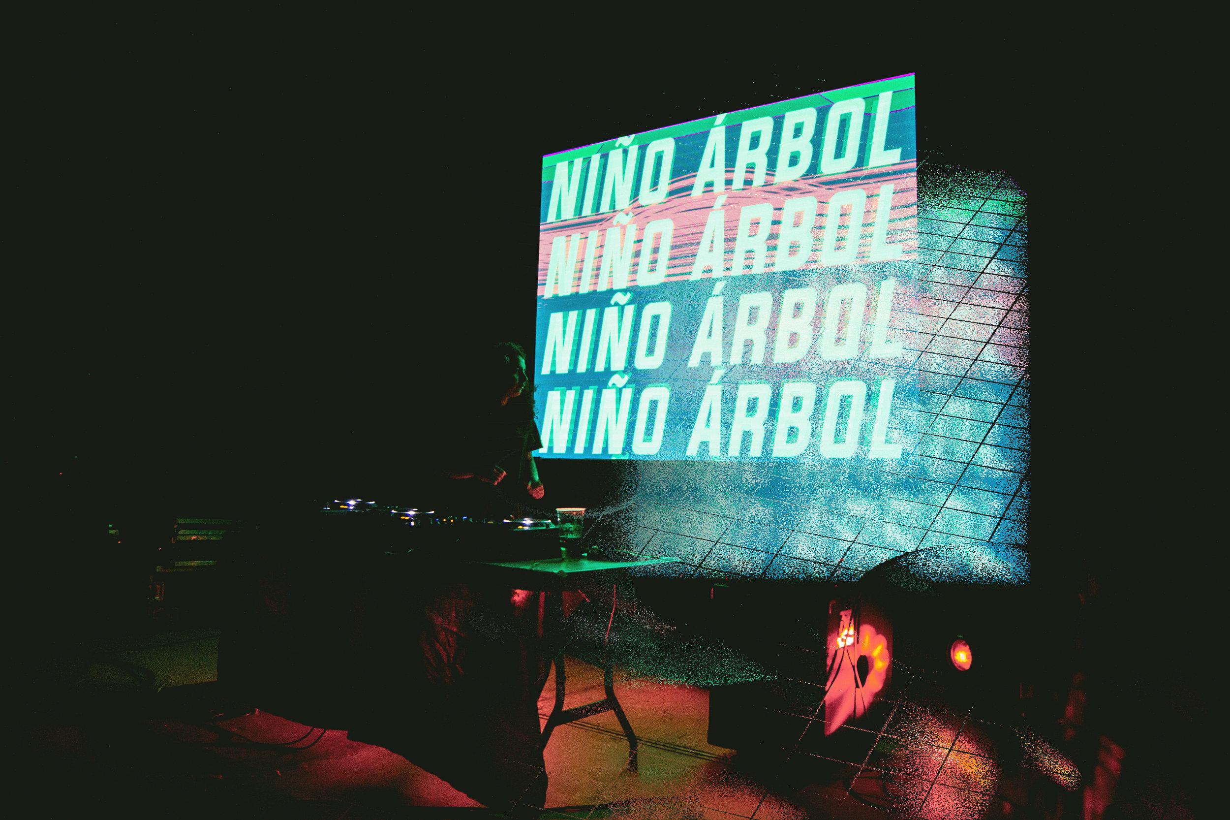 25_Niño Arbol 03.jpg