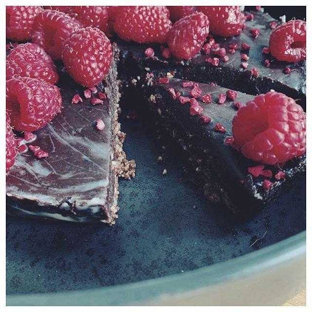 Min lille ferieuge er snart ovre, og hold op hvor jeg glæder mig til at komme tilbage på job på mandag!! 😍 Jeg er ikke den bedste til at holde ferie - men for mig betyder det mere tid til de ting, jeg ellers ikke har i hverdagene.. . Derfor også en masse tid til at hygge ekstra om maden 🥳 Det resulterede bl.a. i går i denne intense chokoladetærte uden tilsat sukker, gluten- og laktosefri 😋 . Den blev så vellykket, at jeg glæder mig til at dele opskriften med dig 🙌 Må du lave den bedste fredag, prioritere din tid og hygge ekstra om det, der er tiltrængt. Veeeerdens dejligste dag til dig!! ☺️