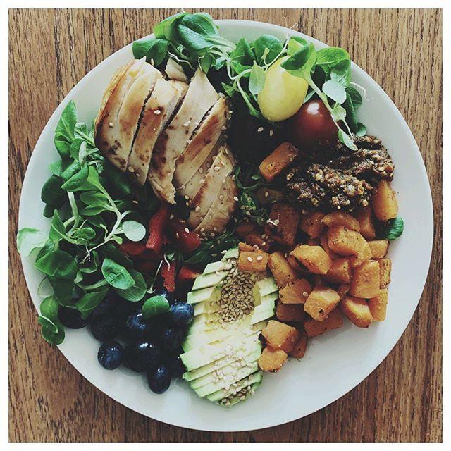 """Har du forstået at sammensætte afbalancerede hovedmåltider, så er du allerede kommet et godt stykke💥 . Med mine klienter arbejder jeg ud fra den såkaldte T-tallerken-model til hovedmåltiderne, hvilket kan være et redskab til at hjælpe dig i dagligdagen med at sikre din krop den rette mængde af sundt fedt, kvalitetsprotein, """"hele"""" kulhydrater og grøntsager - som din krop hver dag har brug for! 🥦🌽🥕🍗🥚 . Ved at forestille dig din tallerken opdelt i et T 🍽 hvor halvdelen af tallerkenen er dækket med grønt, en kvart del med protein og sundt fedt samt en kvart del med grove kulhydratkilder, er du allerede godt på vej til et afbalanceret hovedmåltid 🍴 fordelingen kan dog variere efter individuelle behov. . Min frokost så sådan her ud i går, så simpelt kan det nemlig gøres 🥗 Hvis du ikke er vant til at være bevidst om fordelingen i dine hovedmåltider, så prøv dette af i en uge og MÆRK hvad det gør for dig. Du kan takke mig til den tid 😎 Rigtig glædelig torsdag! ☺️"""