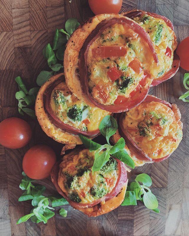 Når der skal sammensættes et hurtigt morgenmåltid eller mellemmåltidet skal være nemt - så er de her muffins jeg bagte i går ret geniale 🍳🙆♀️ . Så nemme er de at lave: . ✔️ bland æg sammen med ønskede krydderier ✔️ skær ønskede grøntsager ud i små tern eller buketter ✔️ beklæd muffinsforme med kalkunbacon og fordel grøntsagerne og æggemassen i formene ✔️ bag dem ved 175 grader i varmluftovn i omkring 20-25 min. . Æg er som udgangspunkt sunde 🥚 De indeholder ganske vist kolesterol, men kolesterol er slet ikke så farligt, som det er blevet gjort til 🤗 De eneste der skal undgå æg, er dem som er allergiske eller svært intolerante over for dem - samt den lille andel af folk med helt skæve kolesteroltal. . Glææædelig tirsdag - må du lave den allerskønneste af slagsen ☺️♥️
