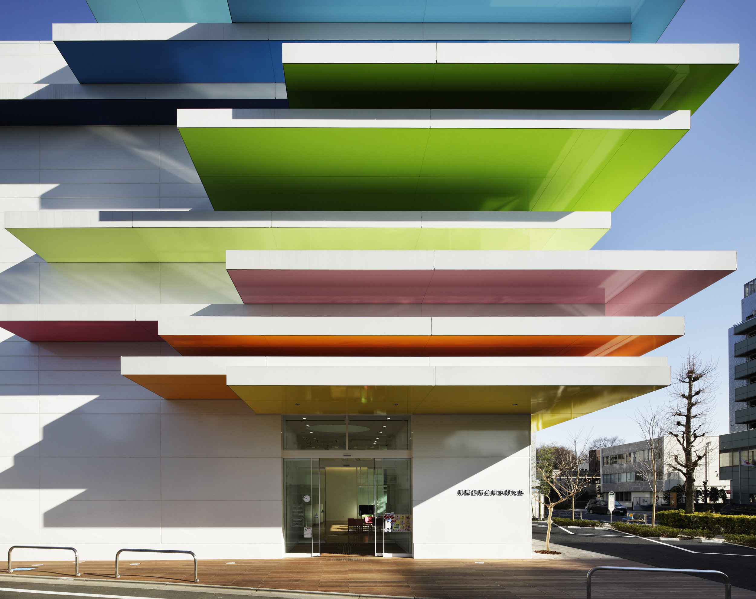 Project : Sugamo Shinkin Bank / Shimura branch open 2011/3   Architecture : emmanuelle moureaux (emmanuelle moureaux architecture + design) Interior Design / Sign Design : emmanuelle moureaux (emmanuelle moureaux architecture + design) Photography : Daisuke Shima / Nacasa & Partners Inc.