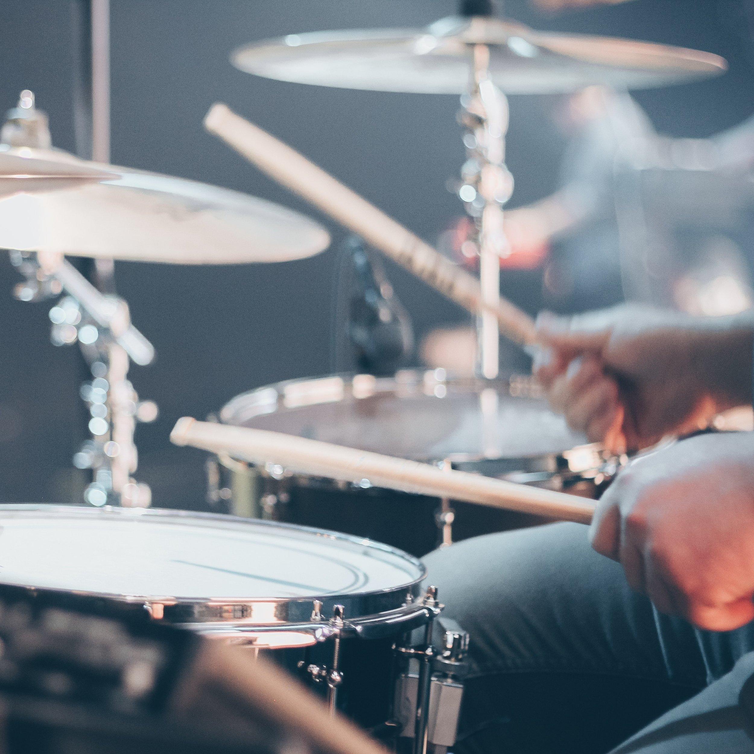 Drummen voor Niet-Drummers - Iedereen kan drummen, iedereen heeft ritmegevoel. Je moet het alleen nog even ontdekken en ontwikkelen. In deze workshop gaan we daar een begin mee maken. Ontdek hoeveel muziek er in een drumstel zit!