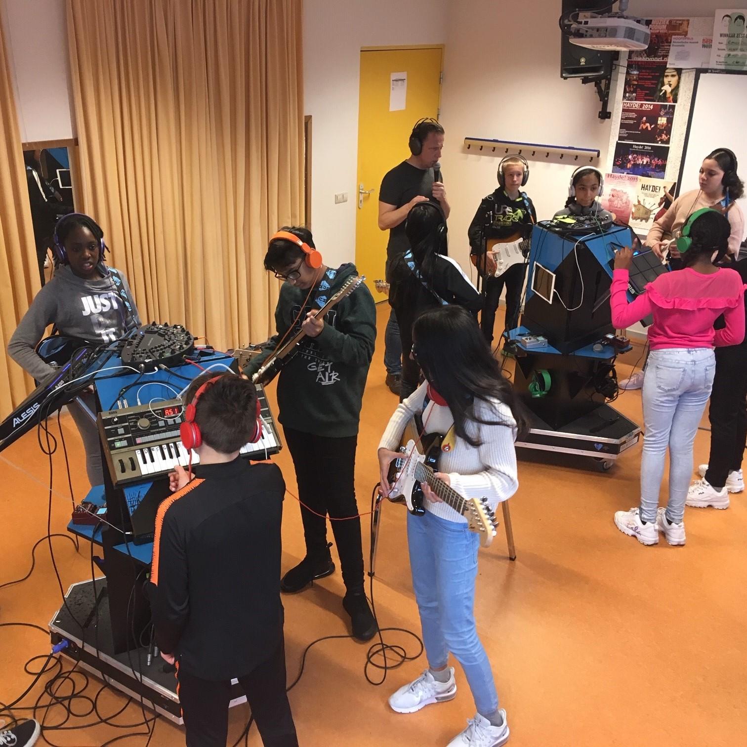 Jamming @the HUB!(uitproberen) - De Jam Hub Tower is een een mobiele popband waar je op speelse wijze pop instrumenten kunt uitproberen. Pak die gitaar of neem die drumstokken en speel er op los! De begeleidende coach legt je alles uit over de instrumenten die gebruikt worden in popbands en hoe je daar op kan spelen. Warm gelopen voor het echte werk! Doe dan beneden mee in de workshop: popband! meteen spelen.