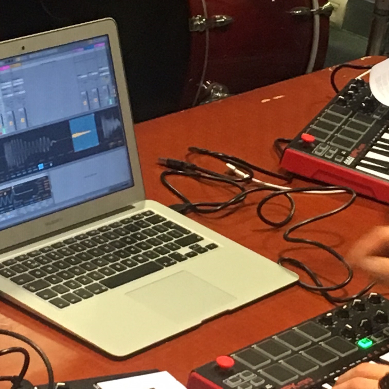 muziekbeats maken op een MacBook - Veel songs worden niet vanuit een band gemaakt maar vanuit de computer. In de ze workshop ga je aan de slag op de Mac met Ableton Live, momenteel de meest gebruikte productie software voor het maken van beats. Je leert de basistechnieken van het programma en creert d.m.v. samples - live recording - editting een nieuwe song. Aan het eind van de workshop upload je jouw beat zodat je hem overal kan laten horen.
