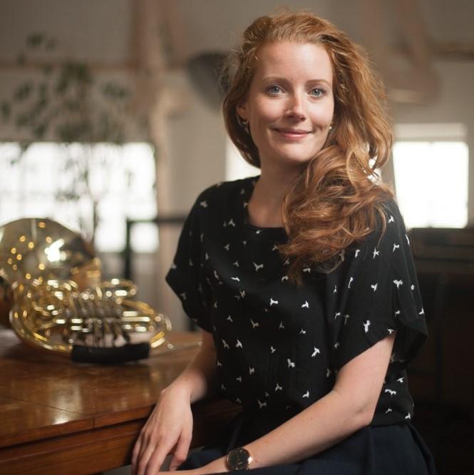 Iris Oltheten - Iris Oltheten (1985) studeerde klassiek hoorn bij Herman Jeurissen en volgde een master Kunsteducatie, beide aan de Fontys Hogeschool voor de Kunsten in Tilburg.In 2009 startte zij als educatief medewerker op het Muziekcentrum van de Omroep waar ze educatieprojecten met het Radio Filharmonisch Orkest, het Groot Omroepkoor en het Metropole Orkest realiseerde. Voor Radio 4 (TROS) produceerde ze de concertserie 'de Magische Muziekfabriek'. In 2011 raakte zij betrokken bij Splendor Amsterdam waar ze onder de noemer Splendor Kids muziekles geeft aan peuters en kleuters en een compositie- en improvisatieorkest leidt: het Splendor Toekomstorkest. Sinds 2014 werkt Iris bij het Nederlands Philharmonisch Orkest|Nederlands Kamerorkest: eerst als productieleider van de jeugdopera 'Anne en Zef' en sinds 2015 als programmeur van de afdeling NedPhO GO!, voor educatie, talentontwikkeling en outreach.