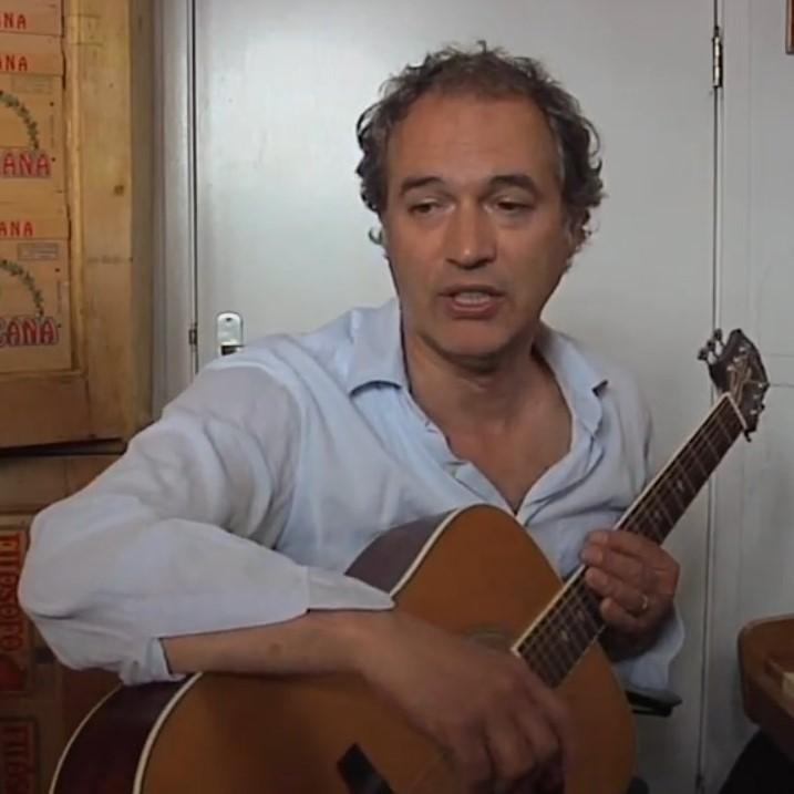 Jan Pieter Koch - J.P. KOCH studeerde muziekwetenschap en klassiek gitaar in Utrecht en Hilversum, daarnaast studeerde hij compositie.Als muzikaal assistent werkte hij bij de Haagse Comedie en als componist voor verschillende theatergroepen zoals de Appel, Het Nationale Toneel en De Trust. Met schrijver Don Duyns werkte hij regelmatig samen: 'Den Uyl of De Vaandeldragers', 'de Beestmens' en 'Mijn Opa de Artiest'. Hij componeerde onder meer de opera's Het Uur U/ Awater voor de Paardenkathedraal. Voor de passiespelen in Tegelen schreef hij op berbermuziek geinspireerde composities. Hij maakte verschillende muziek en geluidscollages voor o.a de Parijse mimegroep L'Ange Fou en de Duitse mimegroep 'Die Raben' en de beeldend kunstenaar Job Koelewijn. Hij schreef filmmuziek voor de telefilm 'Een Hollandse Held' van Robert Jan Westdijk en voor violist Jeroen de Grootschreef hij een compositie voor vioolsolo en fietspomp 'The Blood goes Round'.Van 1997 - 2013 is hij artistiek coördinator bij het Orkest Holland Symfonia waar hij verschillende grote choreografen muzikaal adviseert. Daarnaast heeft hij educatieve projecten en speciale projecten ontwikkeld voor het orkest zoals oa. 'Soul Symphonic', 'In de Ban van Bannink' en 'Souk', met Assala in het concertgebouw.https://janpieterkoch.nl/