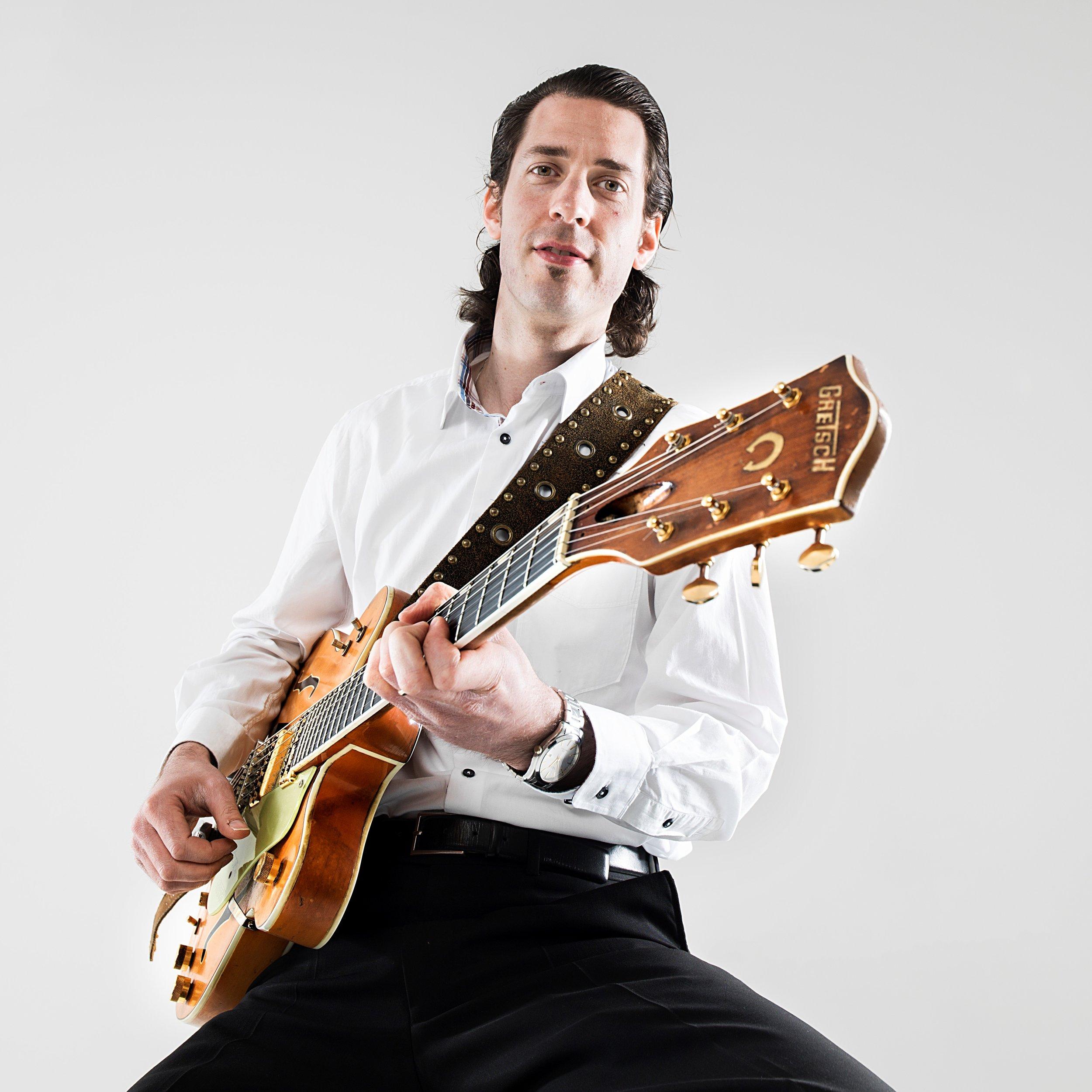 Thomas Bekhuis - Thomas Bekhuis is een gitarist die een veelzijdigheid aan stijlen combineert tot zijn eigen sound, een fijne mix van rock, jazz, funk, blues, soul, R&B en surf.Op zijn zevende begon hij met piano en toen hij 12 was stapte hij over op de gitaar. Snel hierna was hij overladen met de muziek van Jimi Hendrix, Eric Clapton, Steely Dan, George Benson en John Scofield.Thomas studeerde af als Master of Music in Jazz Gitaar aan het Conservatorium van Amsterdam en het Purchase College New York en volgde o.a. lessen van meester gitaristen John Abercrombie, Jesse van Ruller en Robert Fripp.Thomas speelt onder andere in de bands The Sky Riders en Tres Tranquilos. Verder speelt Thomas regelmatig met Lilian Jackson (Spargo).Hij heeft gewerkt met Jared Grant, Dorona Alberti (Gare Du Nord), Lo van Gorp, Simone Roerade (mrs. Hips), Brownie Dutch en vele anderen.