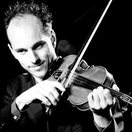 Balkanmuziek voor strijkers - Oriëntaalse klanken en onregelmatige maatsoorten? Balkanmuziek? Dat zit allemaal in je viool of cello! Maar hoe krijg je het er uit? Violist en contrabassist Joris van Beek laat het je zien. Hij speelt al jaren in bands als OT AZOJ en Di Gojim (ff googlen). Meeslepende klanken en groovy ritmes.