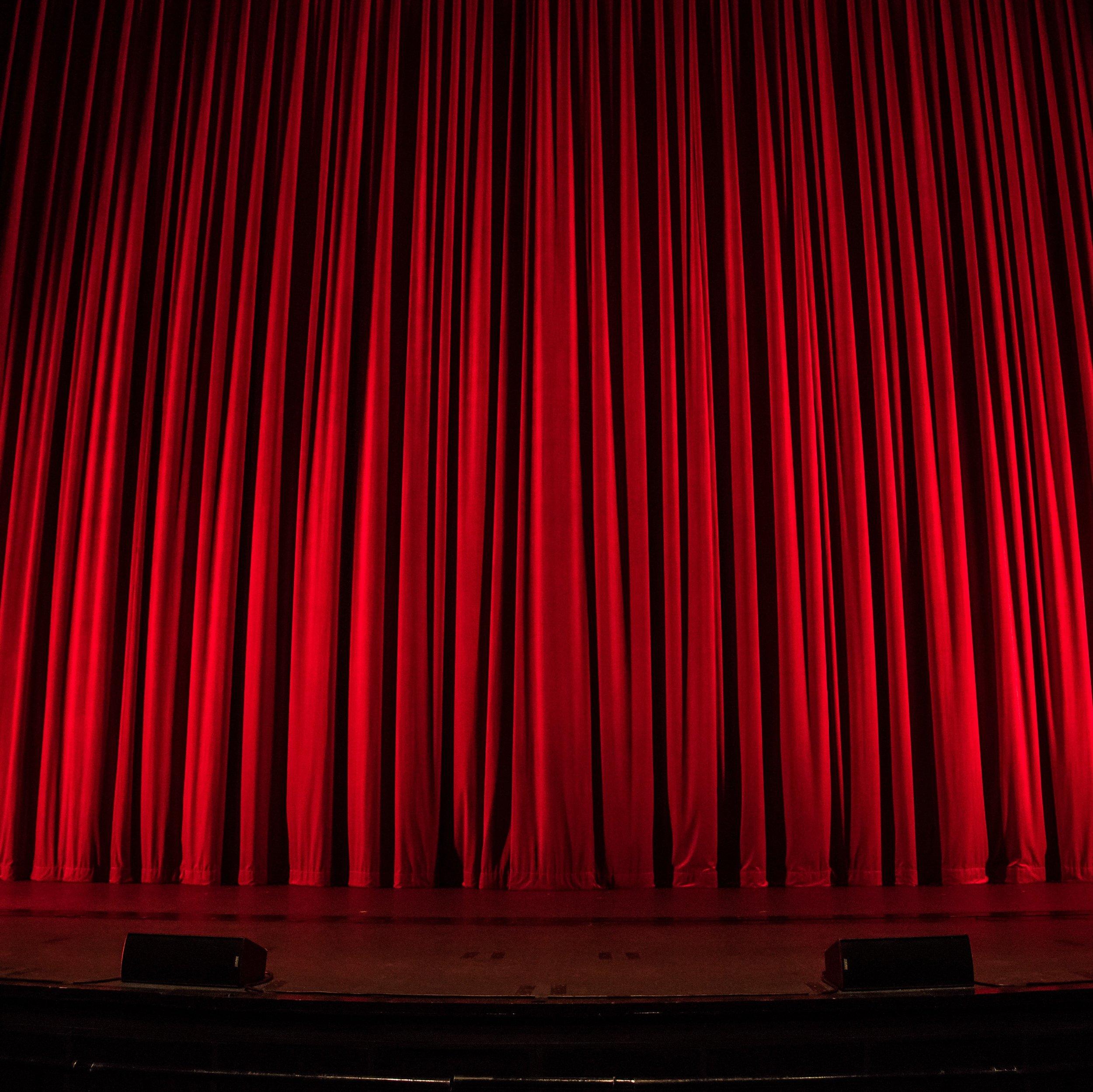 Muziek is Theater - Ben jij muzikant en wil je werken aan je podiumpresentatie? Dat begint niet met looks of gouden schoenen, maar met de vraag: wat wil ik vertellen.Welk verhaal wil je vertellen met je muziek? Als je dat weet, kan je al je gevoel er in leggen. Kippenvel.. bij jou en bij het publiek.We gaan ande slag met houding, beweging en stemgebruik. Je gaat op een nieuwe manier kijken naar optreden: muziek is theater.