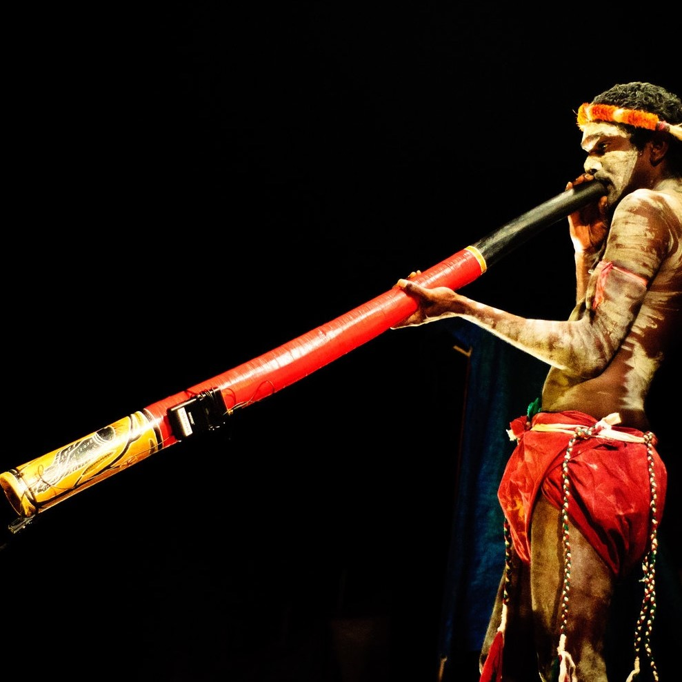 Didgeridoo maar mee! - De didgeridoo is het instrument van Aboriginals in Australië. Zij gebruiken het bij rituelen, ceremonies en als muziekinstrument. Sommige spelers kunnen een uur lang aan één stuk door uitademen. Huh, hoe kan dat? Kom het leren in de Didgeridoo workshop en geef meteen een optreden van de andere kant van de wereld!