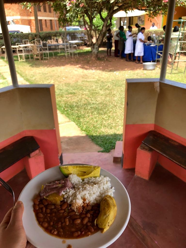 Meine erste ugandische Mahlzeit: Mittagessen im Hospiz (Reis, Bohnen, Avokado, Süßkartoffel, Matoke - pürierte, gekochte Bananen - mit einer Art Erdnusssoße)
