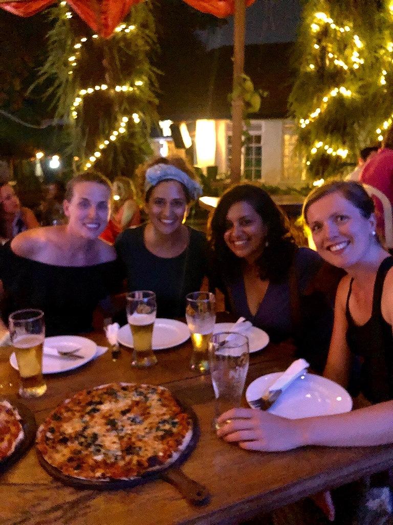 Pizza und Bier mit den Mädels