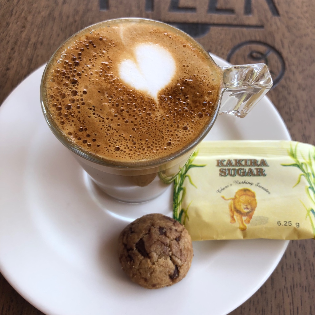 Lecker Espresso Macchiato im Coffee At Last, direkt neben dem Hospiz