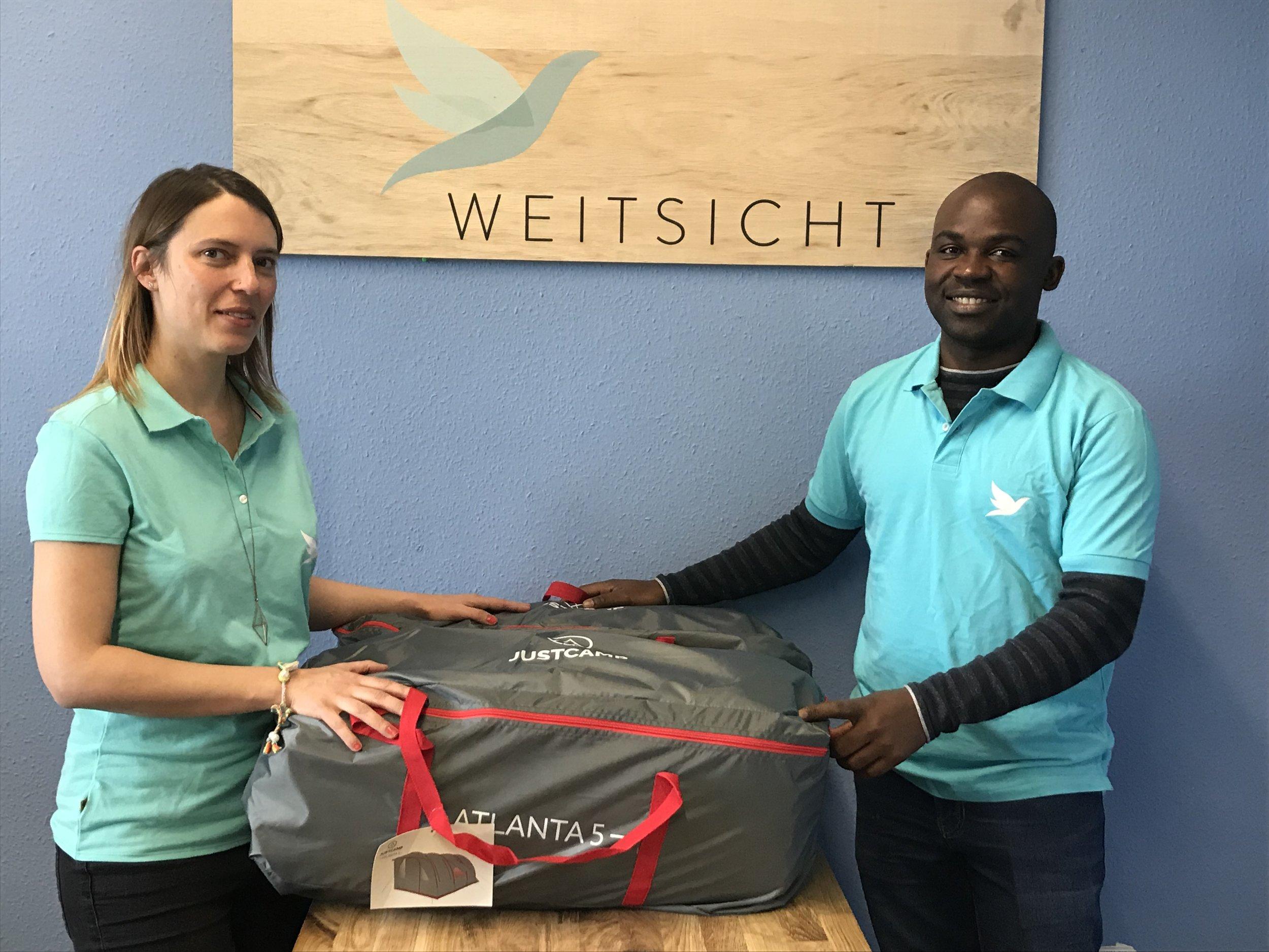 Die Zelte werden verpackt und werden nach Simbabwe geschickt