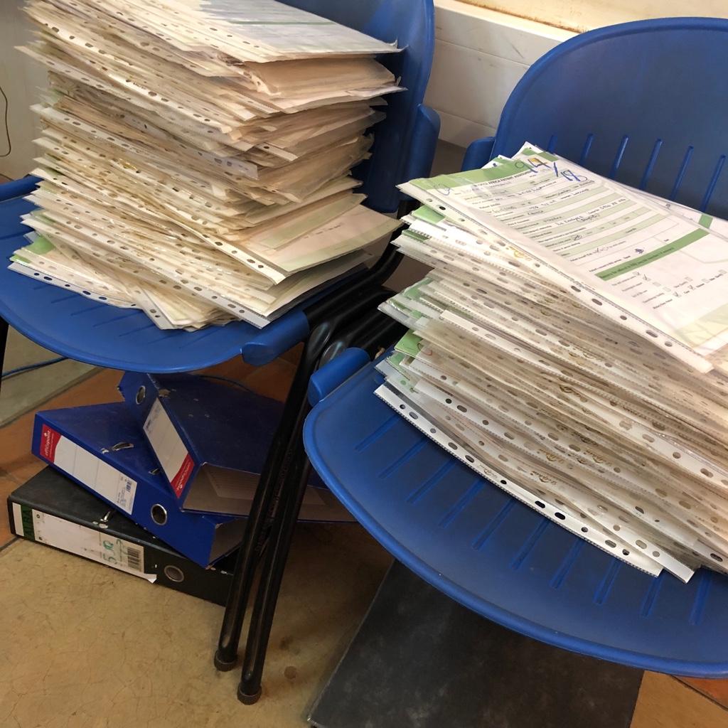 Die Patientenakten, die ich nach Datum sortieren und in Ordner einheften sollte