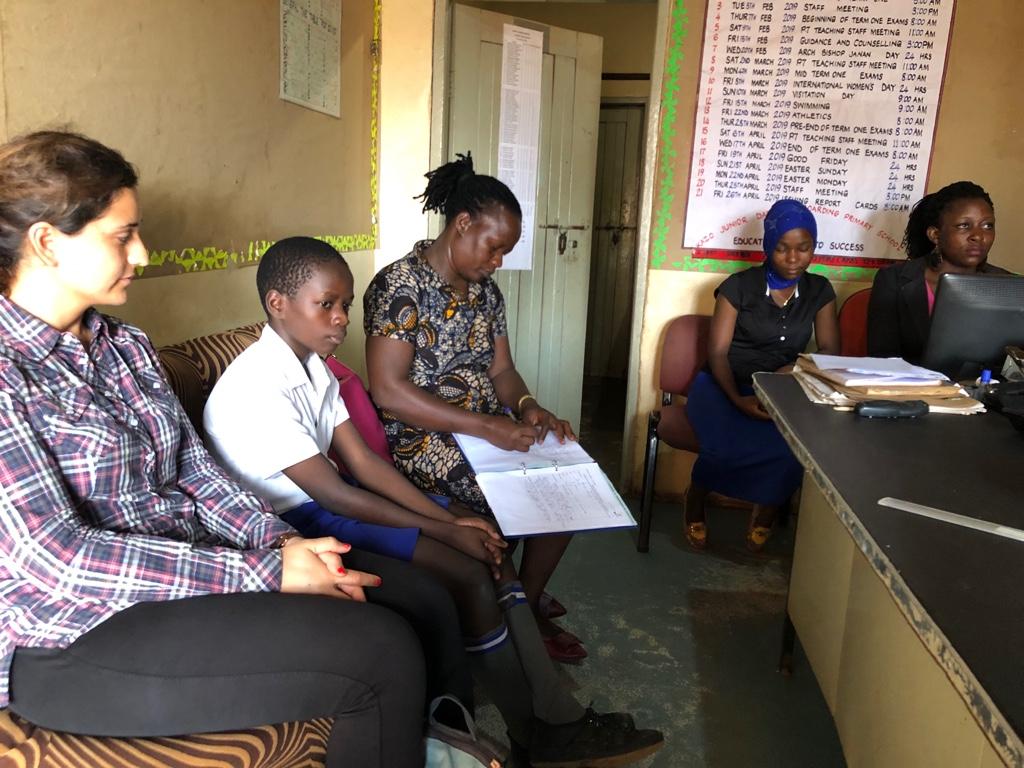 Schulbesuch in einer Privatschule - die Sozialarbeiterin macht sich zu jedem Besuch Notizen und lässt diese auch von den Kindern unterzeichnen
