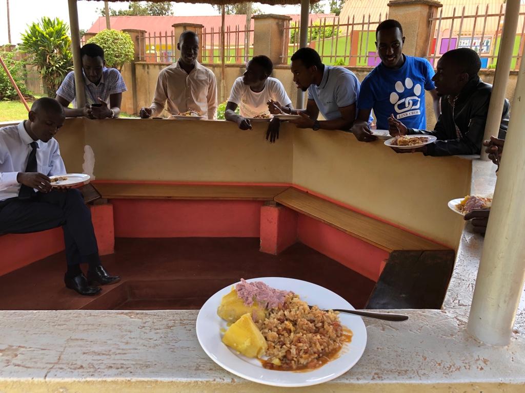 Mittagessen im Hospiz: same same but different ;-) (Süßkartoffeln, gebratener Reis und Bohnen mit Erdnusssoße)