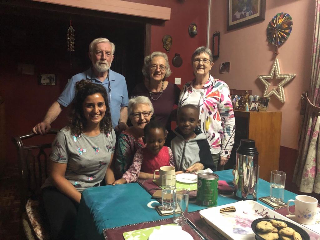 Zusammen mit Annie, der Amerikanerin aus meinem Haus (hinter Dr. Anne), das befreundete Paar aus Liverpool und die Kinder der Helfer im Haus