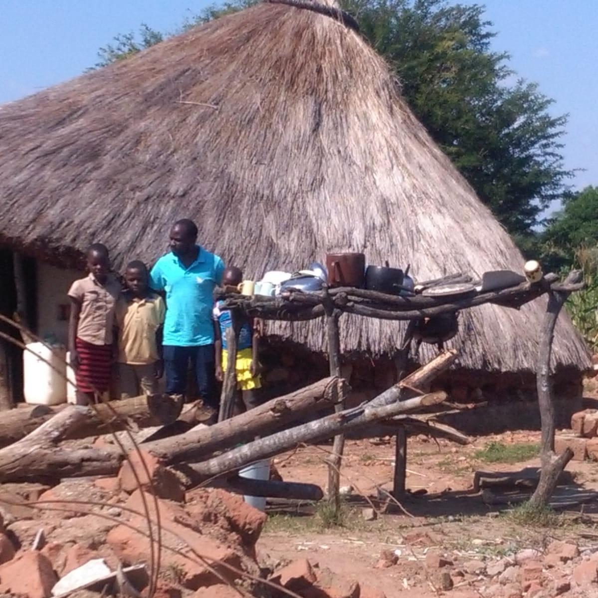 Hilfe in Krisengebieten - Wenn Naturkatastrophen die Lebensumstände von Menschen weltweit verschlimmern, helfen wir schnell und nachhaltig. So wie unser Mitarbeiter Bright hier in Zimbabwe. Wir haben  11 Großraumzelte und Decken hingeflogen, die direkt durch Bright von Weitsicht an Familien verteilt wurden, deren Häuser vom Zyklon Idai zerstört wurden.