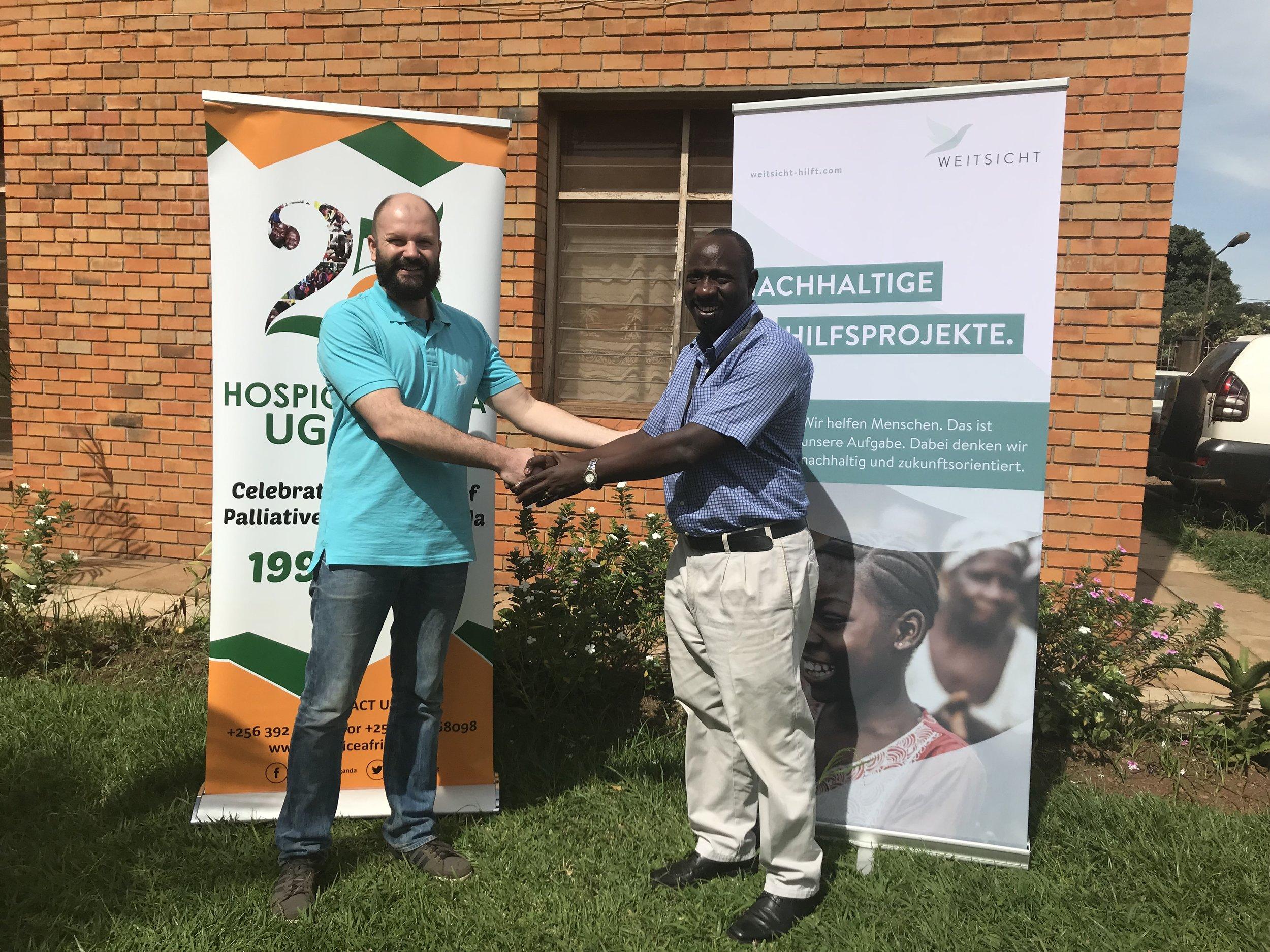 Hospiz Afrika - Freiwilligendienst - Wir bewundern, fördern und unterstützen die Arbeit des Hospizes in Uganda, Afrika. Wir möchten auf verschiedensten und individuellen Wegen die Lebensumstände der Menschen vor Ort in Uganda verbessern. Dazu stehen wir von Weitsicht regelmäßig  mit Dr. Eddie, dem Klinikdirektor des Hospizes im Austausch.