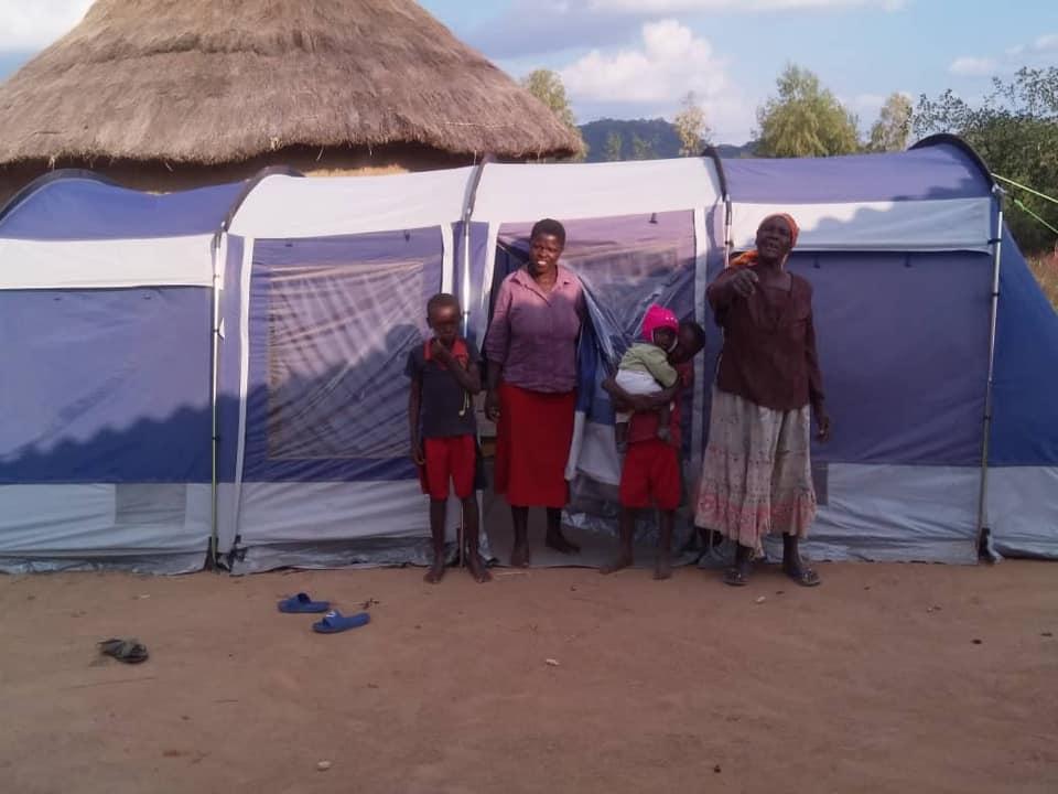 In der Krisenregion Chimanimani werden die großen Zelte aufgebaut und direkt an Familien übergeben