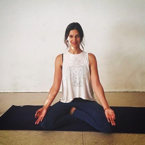 Neuer Kurs mit @soraya.daoudi  Yoga-Flow Dienstag 11:15-12:15  Yoga findet im Hier und Jetzt statt, um uns herum, in uns, sobald wir uns und dem Moment mehr Aufmerksamkeit schenken, Bewusst im Körper sind, den Energiefluss wahrnehmen, uns selbst erleben.  In meinen Kursen verbinde ich abwechslungsreiche Hatha Yogapraxis mit energievoll fließenden Sequenzen, Meditation und Pranayama (Atemtechnicken). Mein Fokus: die Ausrichtung der Asanas(Körperstellungen) immer mehr von innen heraus zu fühlen aus der Stabilität in die Bewegung zu kommen.  Du bist eingeladen dich intensiv mit deinem Körper und deinem Selbst zu verbinden. Tanke neue Kraft und lass die Zeit für einen Moment los. Zum ersten Mal auf der Yogamatte oder schon erfahrener Yogi, ich freue mich auf unsere Begegnung.  @soraya.daoudi  #yogaatlobe #yogaatlobeblock #einatmenausatmen #neu #kurs #yogaberlin #berlinyoga